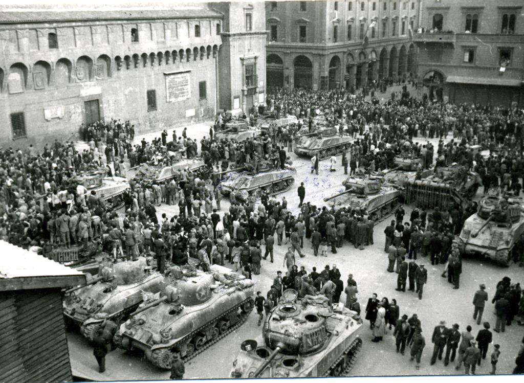 piazza-maggiore-bologna-aprile-1945