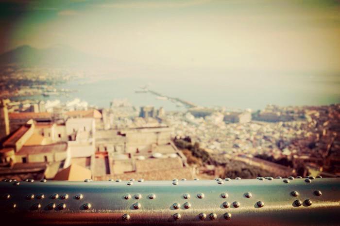 Il corrimano che racconta il panorama di Napoli ai non vedenti